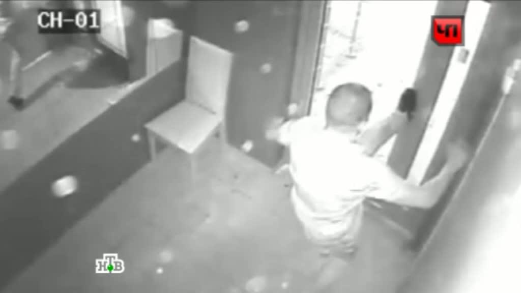 Смотреть скрытой камерой подглядывание туалет