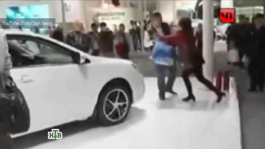 Девушки ходят шпильками по капоту авто #10