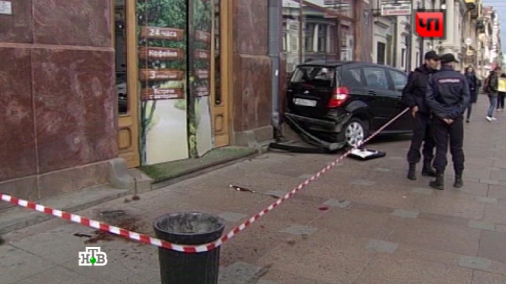 Как автомобиль сбил пешеходов на Невском попало на видео